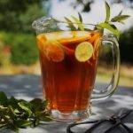 buzlu çay2 https://huglero.com/cicekler-icin-dogru-saksi-secimi-nasil-yapilir/ Sıcak yaz günlerinde sabahları kalktığınızda sizi kendinize getirecek serinletici, tatlı, sağlıklı ve enerji deponuzu dolduracak bir çay ile başlamak istemez misiniz? Kim istemez ki… Gözünüzü açtığınızda etrafta bol kafeinli ve tatlandırıcılı bir kahve mi arıyorsunuz? Ben arıyordum şahsen. Hızlı hazırlanması ve kendimize gelmenin hızlı yolu olması sabah kahvesinin en büyük tercih sebeplerindendir. Peki ne kadar sağlıklı, ayrı bir konu. İşin uzmanına sormak gerekir. Fakat sabahları erken kalktığınızda ya da akşamdan vakit ayırıp hazırladığınız bu sağlıklı çayı tüketmek istemez misiniz? Neredeyse herkeste ısıyı muhafaza eden termos bardaklar vardır. Bu bardakları kullanarak hazırladığınız çayınızı yanınızda taşıyabilir ve gün içerisinde soğuk tüketime devam edebilirsiniz.