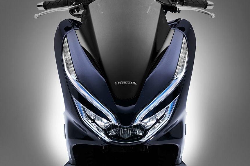 slide05 https://huglero.com/hyundai-elektrikli-otomobil-geri-cagirma/ Honda'nın PCX sınıfı motorlarına ilave ettiği dünyanın ilk seri üretim hibrid sistem entegre edilmiş motorlu (125cc ve daha düşük hacimli) scooter'ı PCX HYBRID tanıtıldı. Satışı Eylül ayında Japonya'da başlayacak.