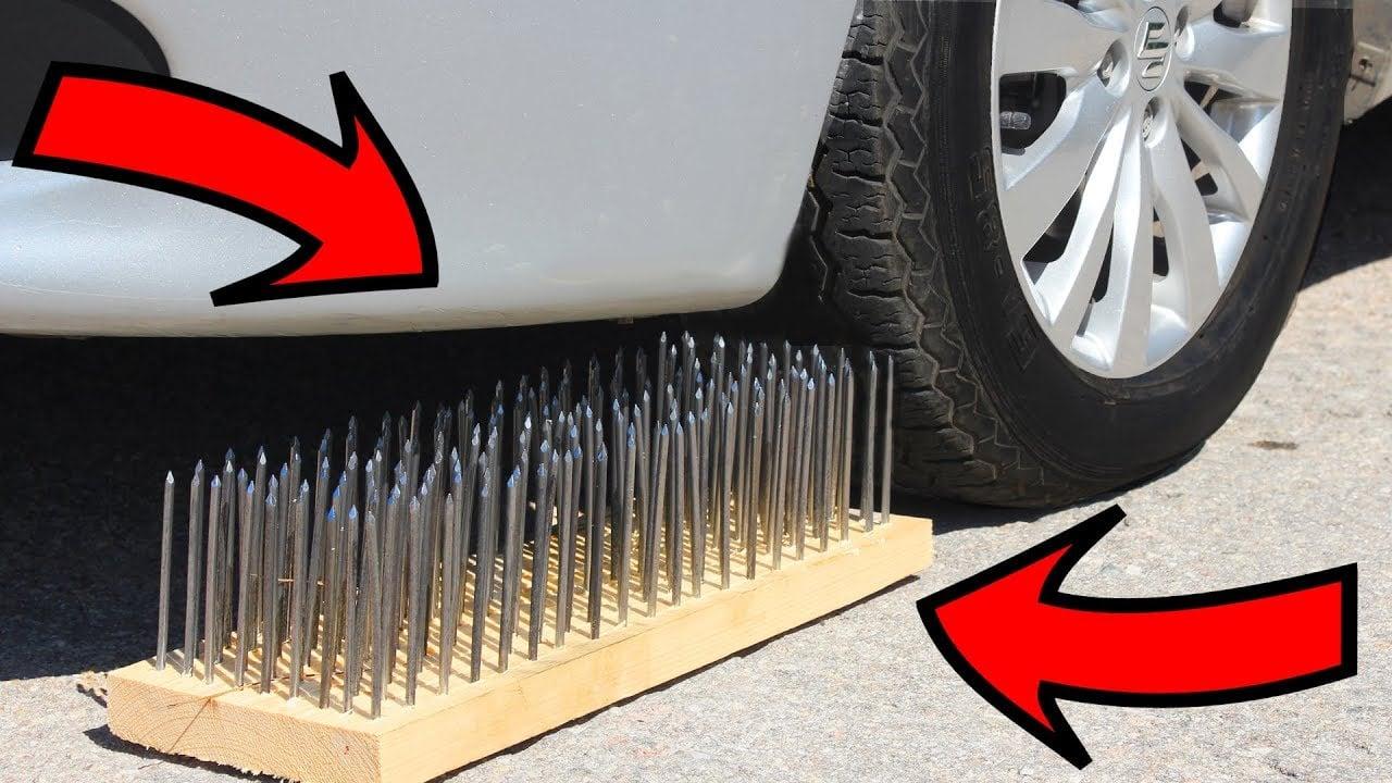 maxresdefault 1 https://huglero.com/5-ton-cekebilen-640-km-menzilli-elektrikli-rivian-r1t-pick-up-tanitildi/ Otomobil lastikleri bir çok ebat ve çeşitte üretilmekte. Günümüzde lastiğe çivi batarsa, patlasa da yolda bırakmadan ilerleyebilecek lastikleri üreten firmalar da bulunmakta, ya da karda iyi bir tutunma sağlayan oto lastik çivileri bizim faydamıza üretilirken, inşaat çivileri de otomobillerin başına dert olabilmekte. Videoda ise üzeri farklı sayıda çiviler çakılı olan tahta parçalarının üzerinden otomobili geçiren arkadaşlar lastiğin kaç çiviye dayanabileceğini ölçmeye çalışıyor. Bakalım lastiğe çivi saplanırsa ne olur, çivi girmesi o kadar kolay mı?