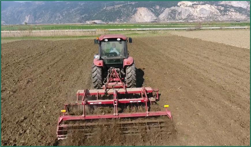 image 10 https://huglero.com/misir-ekimi-oncesi-toprak-hazirligi-nasil-yapilir/ Mısır ekimi öncesi toprak hazırlığı nasıl yapılır? En ideal hazırlık ve ekim sürecini bugün sizlerle paylaşmaya çalışacağım. Dünyada en çok ekilen 3. bitki tohumu, en çok yetiştirilen 1. bitki olan mısır bitkisi dünya üzerinde en çok kullanılan ürünlerden birisidir. Bir çok farklı sektörde kullanılan bu ürünün kullanıcıya ulaşabileceği son haline gelmeden önce yapılan bir yığın emek ve hazırlık süreci vardır.
