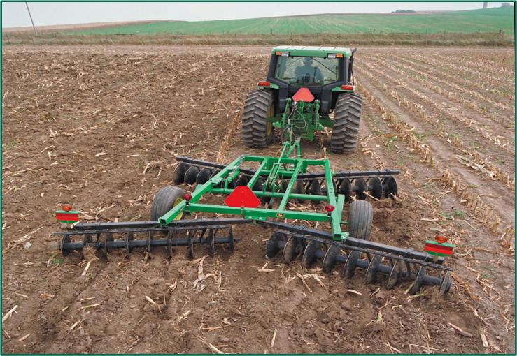 image 4 https://huglero.com/misir-ekimi-oncesi-toprak-hazirligi-nasil-yapilir/ Mısır ekimi öncesi toprak hazırlığı nasıl yapılır? En ideal hazırlık ve ekim sürecini bugün sizlerle paylaşmaya çalışacağım. Dünyada en çok ekilen 3. bitki tohumu, en çok yetiştirilen 1. bitki olan mısır bitkisi dünya üzerinde en çok kullanılan ürünlerden birisidir. Bir çok farklı sektörde kullanılan bu ürünün kullanıcıya ulaşabileceği son haline gelmeden önce yapılan bir yığın emek ve hazırlık süreci vardır.
