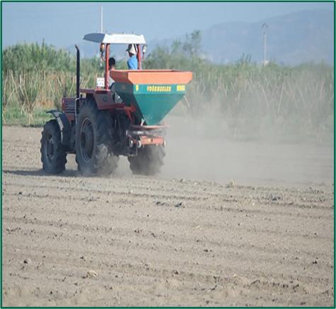 image 6 https://huglero.com/misir-ekimi-oncesi-toprak-hazirligi-nasil-yapilir/ Mısır ekimi öncesi toprak hazırlığı nasıl yapılır? En ideal hazırlık ve ekim sürecini bugün sizlerle paylaşmaya çalışacağım. Dünyada en çok ekilen 3. bitki tohumu, en çok yetiştirilen 1. bitki olan mısır bitkisi dünya üzerinde en çok kullanılan ürünlerden birisidir. Bir çok farklı sektörde kullanılan bu ürünün kullanıcıya ulaşabileceği son haline gelmeden önce yapılan bir yığın emek ve hazırlık süreci vardır.