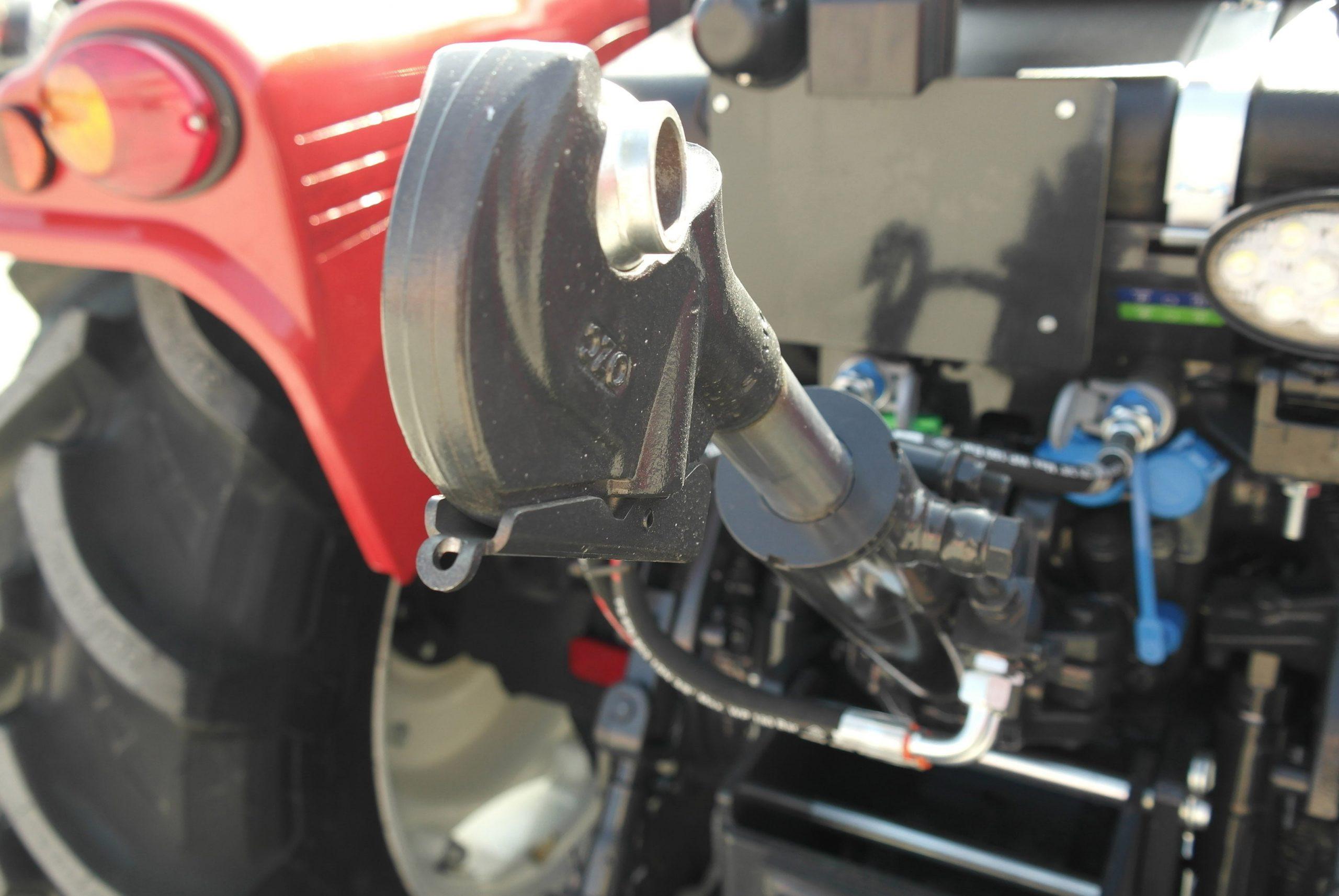 Kiymet95MLuks 4WD 10 scaled https://huglero.com/2020-en-iyi-bahce-traktoru/ En iyi bahçe traktörü hangisi seçebilmek hele bu konuda tavsiye vermek oldukça güç. Sadece küçük bir traktör için değil, başka bir aracı seçmek için de öncelikle ihtiyacın ne olduğunun belirlenmesi ve aracın özelliklerinin ona göre seçilmesi gerektiği elbette malum. Traktörler de özelliklerine göre çeşit çeşit farklı yapıdalar ve genellikle tarla tipi ve bahçe tipi traktör olarak ayrılıyorlar. Peki Türkiye'de 2020 yılında seçebileceğimiz en iyi bahçe traktörleri hangileri?