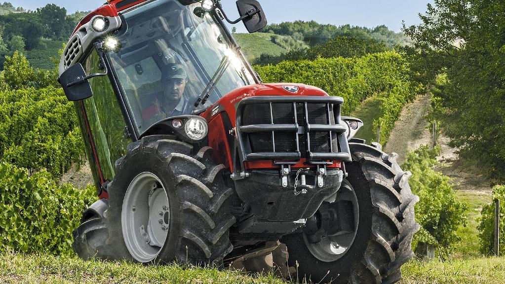 antonio carraro 1 https://huglero.com/2020-en-iyi-bahce-traktoru/ En iyi bahçe traktörü hangisi seçebilmek hele bu konuda tavsiye vermek oldukça güç. Sadece küçük bir traktör için değil, başka bir aracı seçmek için de öncelikle ihtiyacın ne olduğunun belirlenmesi ve aracın özelliklerinin ona göre seçilmesi gerektiği elbette malum. Traktörler de özelliklerine göre çeşit çeşit farklı yapıdalar ve genellikle tarla tipi ve bahçe tipi traktör olarak ayrılıyorlar. Peki Türkiye'de 2020 yılında seçebileceğimiz en iyi bahçe traktörleri hangileri?