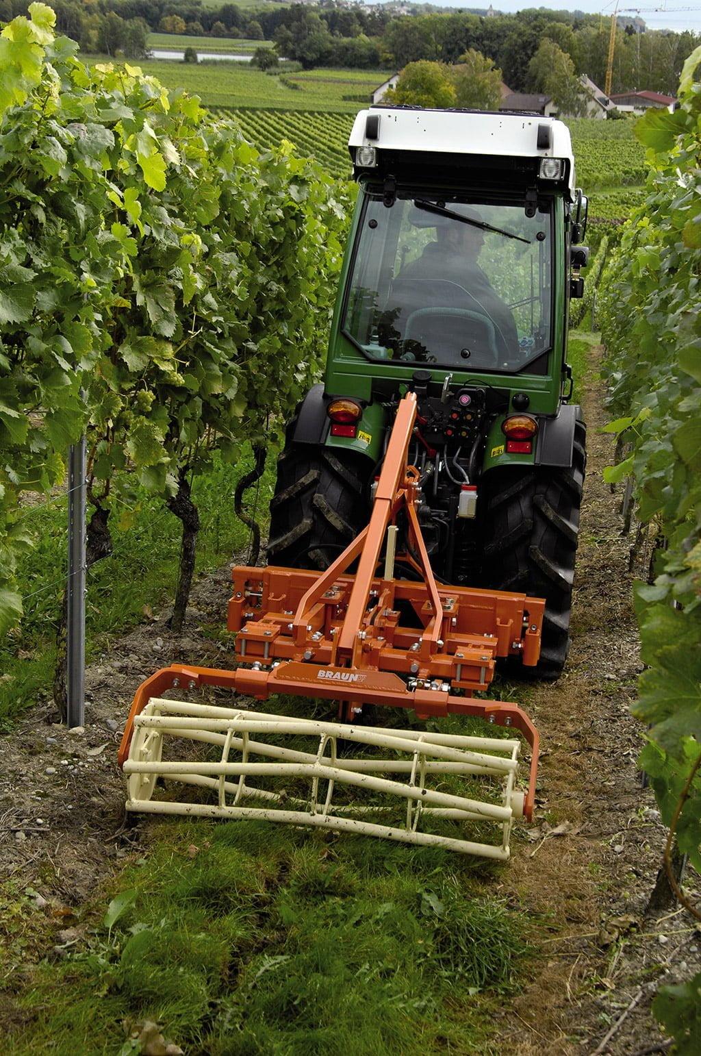 fendt vario 200 vfp 5 https://huglero.com/2020-en-iyi-bahce-traktoru/ En iyi bahçe traktörü hangisi seçebilmek hele bu konuda tavsiye vermek oldukça güç. Sadece küçük bir traktör için değil, başka bir aracı seçmek için de öncelikle ihtiyacın ne olduğunun belirlenmesi ve aracın özelliklerinin ona göre seçilmesi gerektiği elbette malum. Traktörler de özelliklerine göre çeşit çeşit farklı yapıdalar ve genellikle tarla tipi ve bahçe tipi traktör olarak ayrılıyorlar. Peki Türkiye'de 2020 yılında seçebileceğimiz en iyi bahçe traktörleri hangileri?