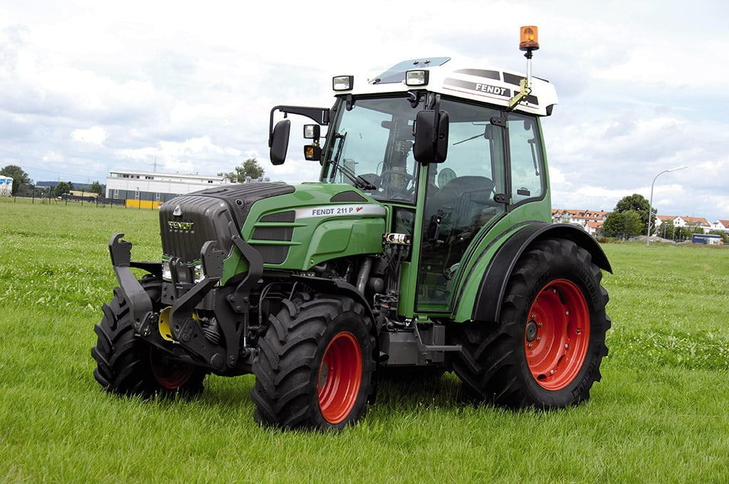fendt vario 200 vfp 8 1 https://huglero.com/2020-en-iyi-bahce-traktoru/ En iyi bahçe traktörü hangisi seçebilmek hele bu konuda tavsiye vermek oldukça güç. Sadece küçük bir traktör için değil, başka bir aracı seçmek için de öncelikle ihtiyacın ne olduğunun belirlenmesi ve aracın özelliklerinin ona göre seçilmesi gerektiği elbette malum. Traktörler de özelliklerine göre çeşit çeşit farklı yapıdalar ve genellikle tarla tipi ve bahçe tipi traktör olarak ayrılıyorlar. Peki Türkiye'de 2020 yılında seçebileceğimiz en iyi bahçe traktörleri hangileri?