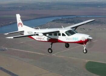 maxresdefault https://huglero.com/category/elektrikli-otomobil/ Dünyanın en büyük tamamen elektrikli ticari uçağı olan ve magniX ve AeroTEC firmaları tarafından geliştirilen Cessna Grand Caravan 208B tipi elektrikli uçak, başarılı bir şekilde uçuruldu. eCaravan'ın 750 beygir güç üreten (560 kW) elektrikli uçak motoru magni500 tahrik sisteminden gücünü alan uçağın bu başarılı uçuşu, geçtiğimiz gün Washington, Moses Lake'deki Grant County Uluslararası Havalimanı'ndaki (KMWH) AeroTEC Uçuş Test Merkezinde gerçekleştirildi.