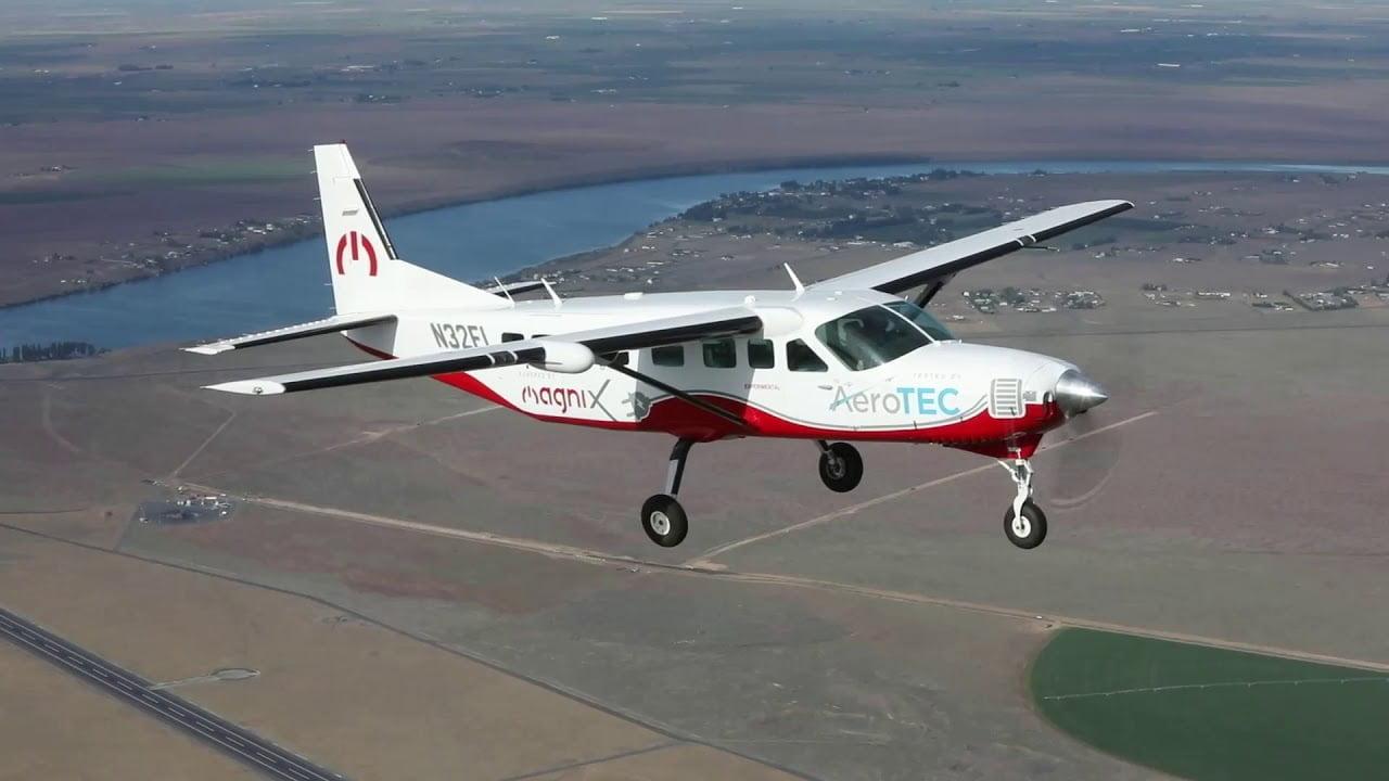 https://huglero.com/elektrikli-ucak-motoru-magni500-ilk-basarili-ucusu/ Dünyanın en büyük tamamen elektrikli ticari uçağı olan ve magniX ve AeroTEC firmaları tarafından geliştirilen Cessna Grand Caravan 208B tipi elektrikli uçak, başarılı bir şekilde uçuruldu. eCaravan'ın 750 beygir güç üreten (560 kW) elektrikli uçak motoru magni500 tahrik sisteminden gücünü alan uçağın bu başarılı uçuşu, geçtiğimiz gün Washington, Moses Lake'deki Grant County Uluslararası Havalimanı'ndaki (KMWH) AeroTEC Uçuş Test Merkezinde gerçekleştirildi.