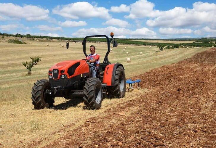 https://huglero.com/2020-en-iyi-bahce-traktoru/ En iyi bahçe traktörü hangisi seçebilmek hele bu konuda tavsiye vermek oldukça güç. Sadece küçük bir traktör için değil, başka bir aracı seçmek için de öncelikle ihtiyacın ne olduğunun belirlenmesi ve aracın özelliklerinin ona göre seçilmesi gerektiği elbette malum. Traktörler de özelliklerine göre çeşit çeşit farklı yapıdalar ve genellikle tarla tipi ve bahçe tipi traktör olarak ayrılıyorlar. Peki Türkiye'de 2020 yılında seçebileceğimiz en iyi bahçe traktörleri hangileri?