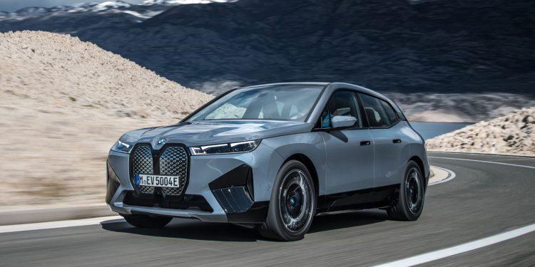 2022 BMW iX xDrive50 özellikleri yandan görünüşü ve lansman rengi https://huglero.com