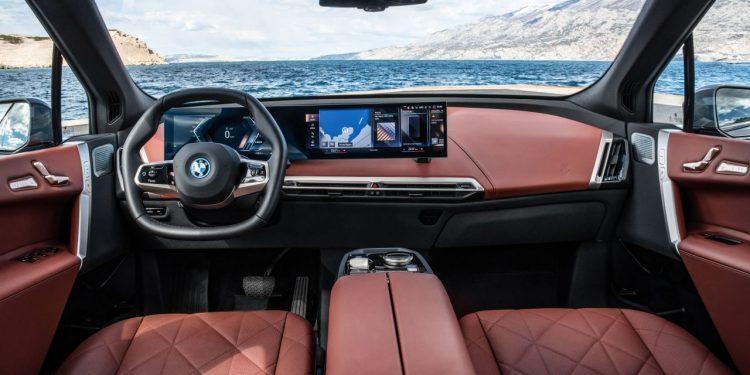 2022 BMW iX xDrive50 özellikleri ve kokpit görünümü https://huglero.com